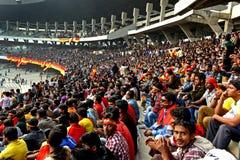 Åskådare i de hållande ögonen på sportarna för stadion Royaltyfri Foto
