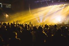 Åskådare i den stora konserthallen royaltyfri fotografi