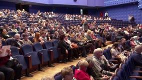 Åskådare i salongen och håller ögonen på showen Time-schackningsperiod inspelning Teater av den unga åskådaren Saratov Ryssland,  stock video