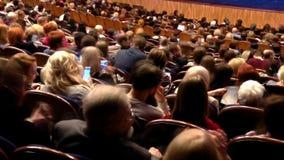 Åskådare i salongen och håller ögonen på showen Time-schackningsperiod inspelning Teater av den unga åskådaren Saratov Ryssland arkivfilmer