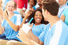 Åskådare i Team Colors Watching Sports Event Arkivbilder