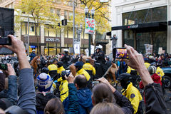 Åskådare med kameran ringer inspelning upptar den Portland protesten Royaltyfria Bilder