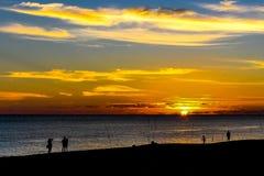 Åskådare och fiskare välkomnar solen Arkivfoton