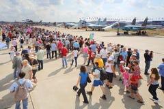 Åskådare och journalister på airshow Royaltyfri Bild