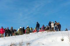 Åskådare på festivalen övervintrar gyckel i Uglich, 10 02 2018 i U Royaltyfri Bild