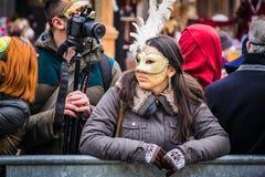 Åskådare samlar för den sista dagen av den Venedig karnevalet Royaltyfri Bild