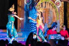 Åskådare som filmar balinesedansare som utför Ramayana balett på Ubud Royal Palace i Ubud, Bali, Indonesien Arkivfoto