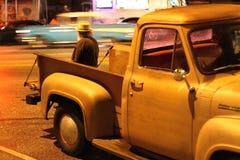 Åskådare som håller ögonen på från bakluckan av den klassiska lastbilen Arkivfoton