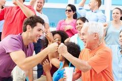 Åskådare som hurrar på händelsen för utomhus- sportar Royaltyfri Fotografi