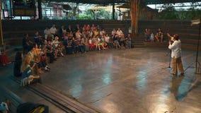Åskådare som spelar angklung på konsert i Bandung stock video