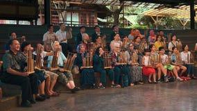 Åskådare som spelar angklung på konsert i Bandung arkivfilmer