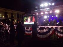 Åskådareklocka Live Filming i utomhus- TVstudio för MSNBC royaltyfri fotografi