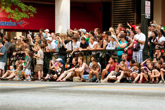 Åskådarelinje gata i Atlanta som håller ögonen på Dragon Con Parade Royaltyfri Foto