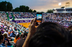 Åskådaren som filmar QFEN av Bucharest, öppnar WTA royaltyfri bild