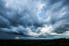 åska moln för stromhimmelregn och dyster himmel i svartvitt arkivfoto