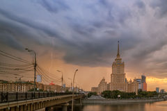 Åska och blixt i Moskva Arkivfoto