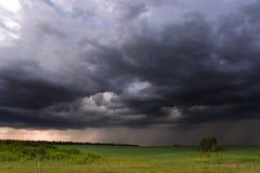 Åska-storm över fält i landsbygder Arkivbilder