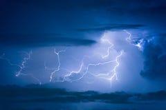Åska stormblixtslaget på den mörka molniga himlen Royaltyfri Bild
