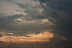 Åskamoln och solnedgångbakgrunden Arkivbild