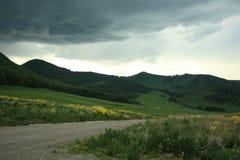 Åskmoln över gröna kullar i den Altai regionen Royaltyfri Foto