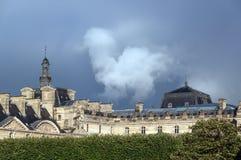 Åskmoln över Louvreslotten royaltyfri fotografi