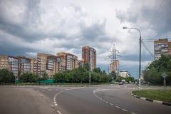 Åskmoln över staden royaltyfri fotografi