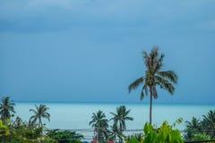 Åskmoln ovanför det tropiska havet arkivfoton