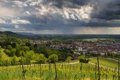 Åskväder över staden av Bensheim arkivfoto