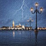 Åskväder med blixt i himlen på Grand Canal royaltyfria foton