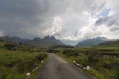 Åskväder som framkallar över berget Royaltyfria Bilder