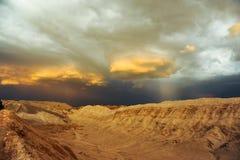 Åskväder som framkallar över sanddyn i Valle De La Luna i den Atacama öknen nära San Pedro de Atacama, Chile Arkivbilder