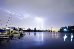 Åskväderblixt över Thea Foss Waterway Boats Tacoma Wash arkivbilder