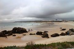 Åskvädret fördunklar över den sandiga stranden av Baleal Royaltyfri Bild
