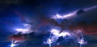Åskvädret fördunklar med blixt på natten Royaltyfria Bilder