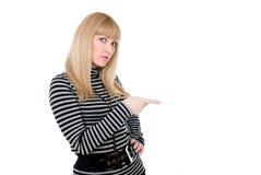 åt sidan görad häpen kvinnlig som pekar något Arkivfoton