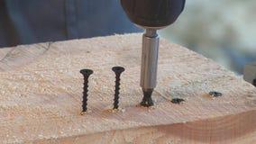 Åtdragning av skruvskruvmejslarna, arbete stock video