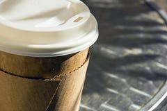 Återanvänd coffekopp som går arkivbild