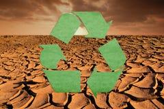 Återanvänd symbolet på Dry textur för jord och himmelbakgrund Begrepp f Royaltyfri Foto