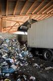Återanvänd växten. åka lastbil lasta av enorma belopp av avskräde, återanvänd Fotografering för Bildbyråer