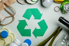Återanvända begreppet - återvinningsbara material med symbol arkivfoton