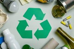 Återanvända begreppet - återvinningsbara material med symbol royaltyfria foton