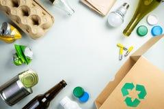 Återanvända begreppet - återvinningsbara material med symbol royaltyfri foto