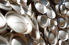 Återanvända cans som tillsammans binds royaltyfri bild