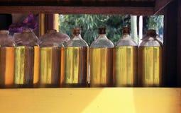 Återanvända glass vodkaflaskor med olaglig bensin Arkivfoto