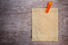 återanvänder orange papper för gemet text wo skriver Arkivbild