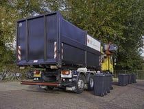 Återanvändning av lastbilen som väljer upp, slänga i soptunnan Arkivfoto