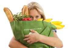 återanvänt kvinnabarn för påse grön livsmedelsbutik Arkivbild
