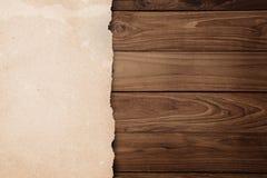 Återanvänt rivit sönder papper på trä Fotografering för Bildbyråer