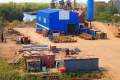 Återförsäljare för restmetall i en industriell zon på flodbanken Pregolya i Kaliningrad Arkivfoto