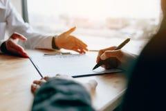 Återförsäljareförsäljningar råder till kunden och handboken för att underteckna contraen Royaltyfri Bild